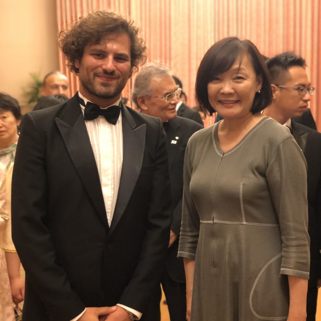 Press - Davide Santacolomba get a photo with First Lady Japanese